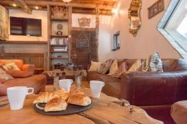 Valerio-breakfast in living room_PCC2058 (1).jpg