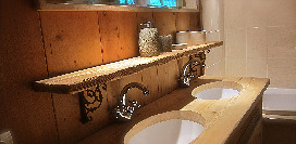 bathroom_upstairs_1470.jpg