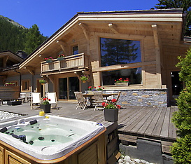 Chalet Terre large terrace with hot tub